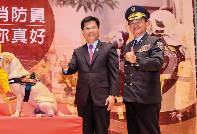 台中市長林佳龍(左)對消防預算的支持不遺餘力,消防局長蕭煥章(右)的採購卻被基層罵翻天。(台中市政府提供)