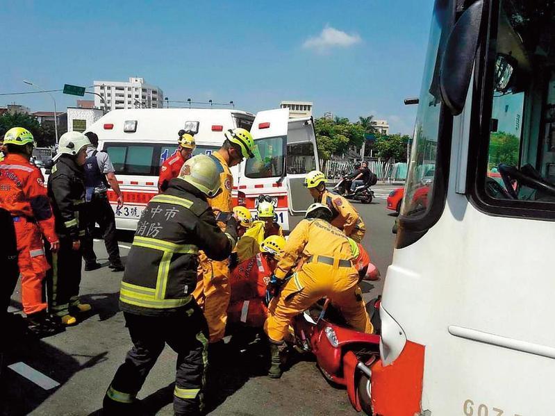 車禍現場誰也不知道下一秒會不會起火,因此救助服得具備難燃性與耐熱性。(台中市消防局提供)