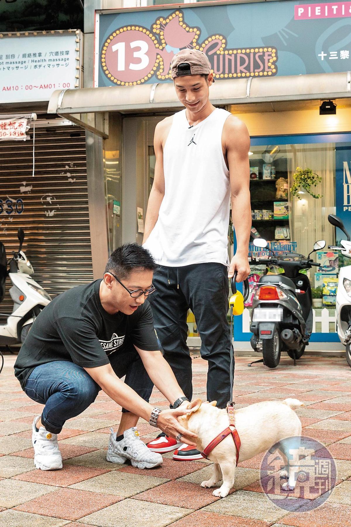 李信恩帶著鄭凱跟毛孩努努來到「13 Sunrise 愛心寵物精品店」,準備為努努添購物品。