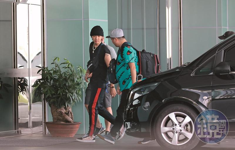吳亦凡搭車開進松山機場的長榮商務中心,搭私人飛機離台。