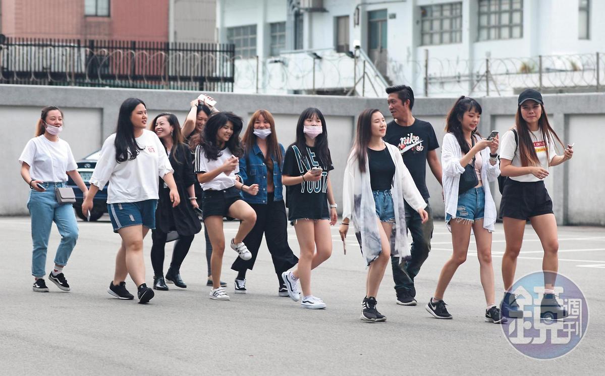 粉絲們送走吳亦凡後,一群人心情雀躍。