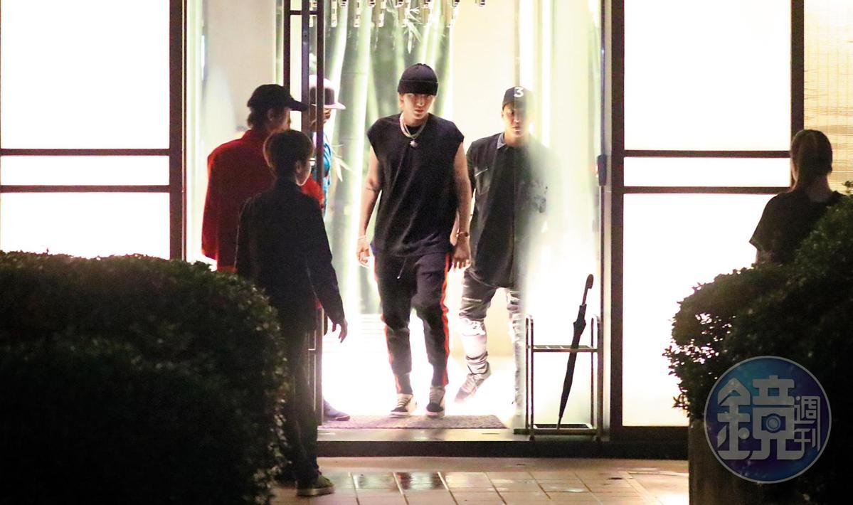 吳亦凡在台第二晚吃知名火鍋店「橘色」,酒足飯飽後,一身輕鬆返回飯店休息。