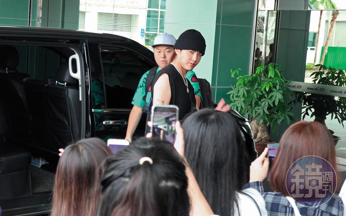 吳亦凡在進長榮商務中心前,看到女粉絲們擠在門口等著他,揮揮手示意。