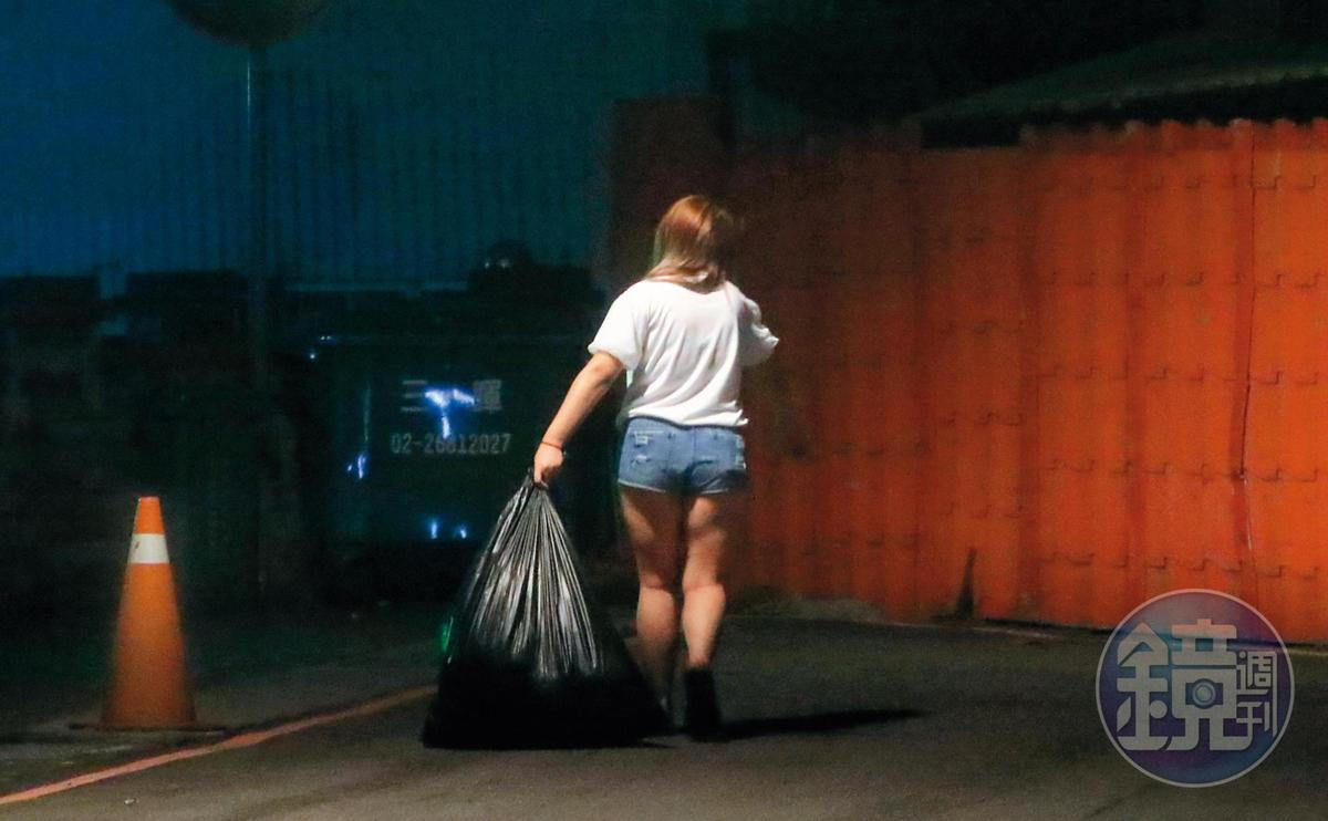 9月6日21:20,笑笑以女主人之姿,一手提起一大包垃圾拿去丟。