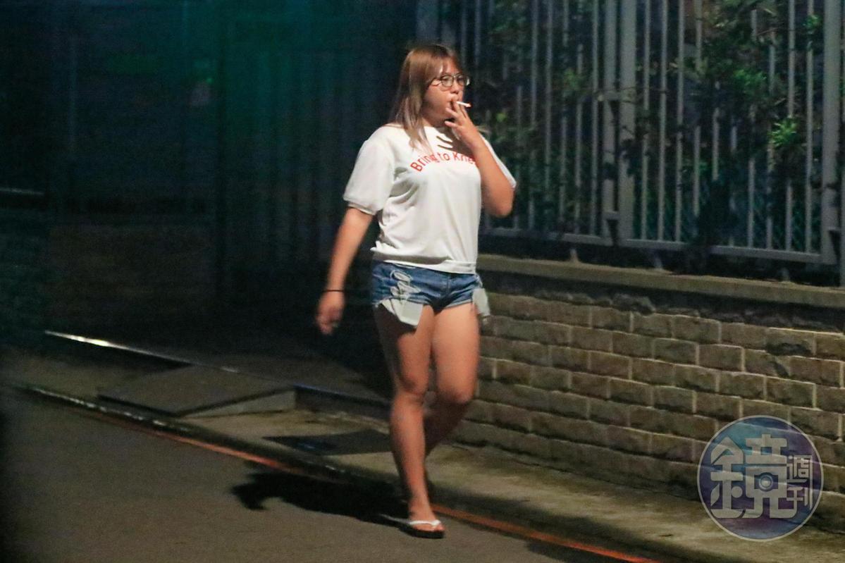 22:14,笑笑穿著睡衣出門,身形和她平時的打扮落差頗大,她菸癮也不小,1小時內抽了2根菸。