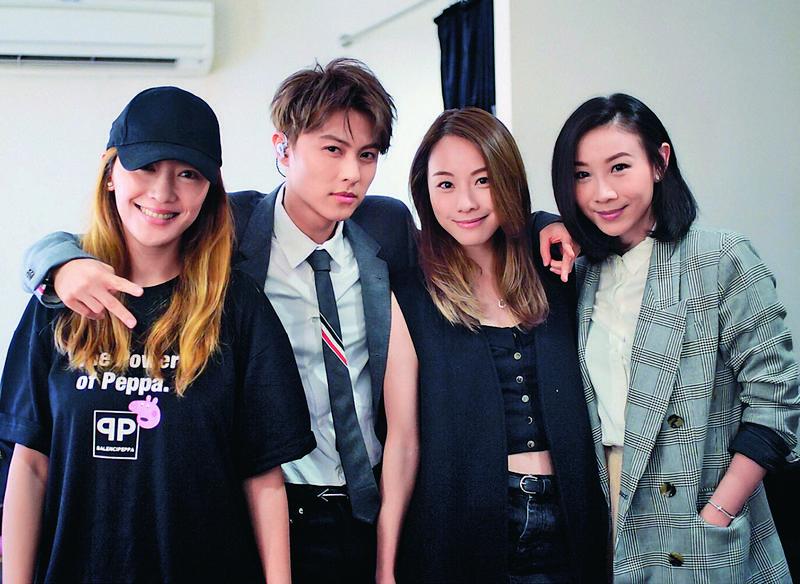 王子(左二)在IG上傳女友鄧麗欣(右二)去看他演唱會的留影,可見愛得非常公開。(翻攝自王子IG)
