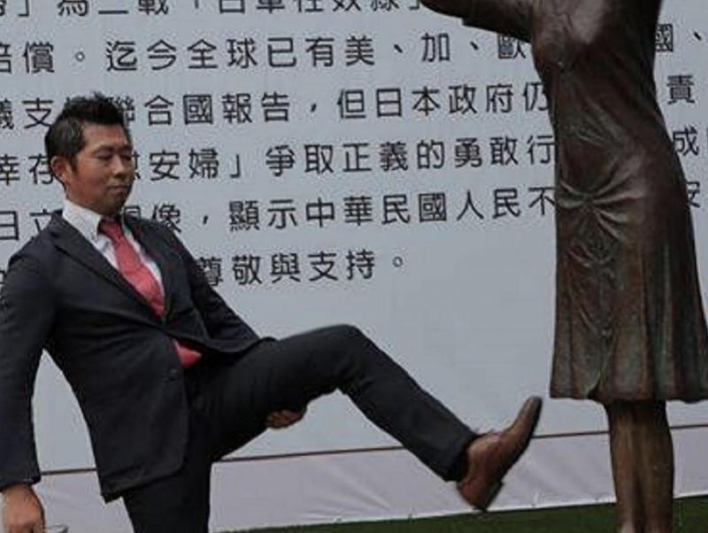 「慰安婦真相國民運動」幹事藤井實彥被指在現場腳踢慰安婦銅像。(翻攝自臉書)