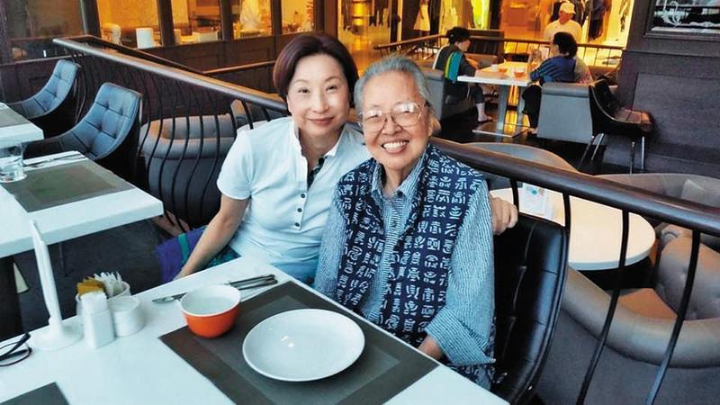 張仁淑法官(右)與照顧她生活多年的侄媳楊莎蓁(左)合影。