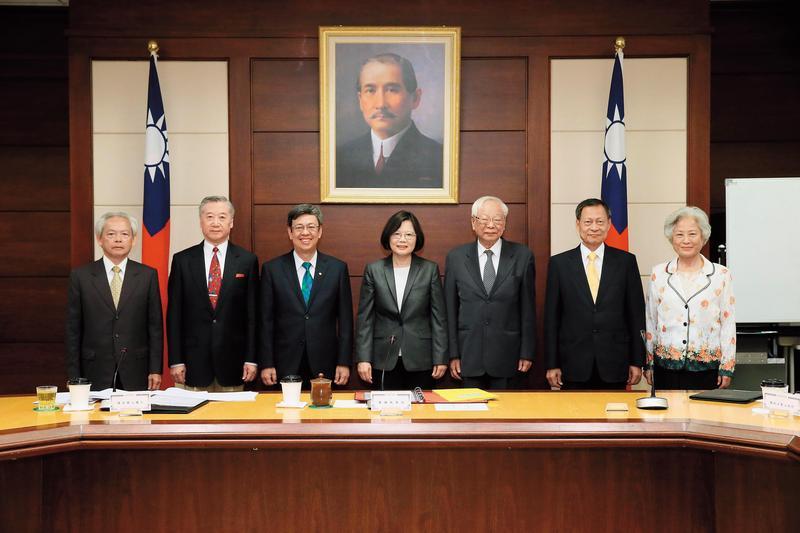 總統蔡英文與大法官徐璧湖(右1)出席大法官提名審薦小組會議。(總統府提供)