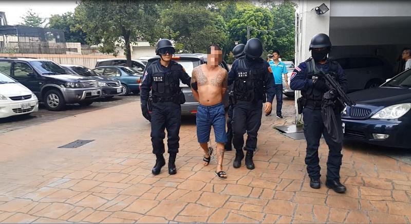 許嫌槍殺同行,今凌晨警方攻堅、抓人,並將他押解回竹山分局。(警方提供)