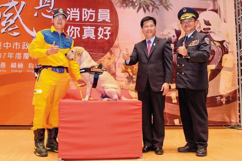 台中市長林佳龍(中)對消防預算的支持不遺餘力,消防局長蕭煥章(右)的採購卻被基層罵翻天。(台中市政府提供)