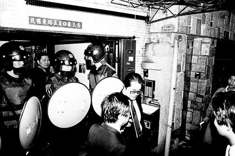 1989年《自由時代》創辦人鄭南榕自焚,侯友宜當天就是現場指揮官。(翻攝鄭南榕基金會臉書)