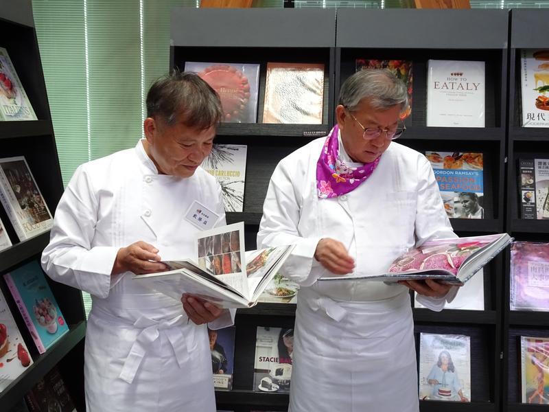 戴勝益(左)與新竹縣縣長邱鏡淳(右)看到書展中的獨特書籍,愛不釋手。(益品書屋提供)
