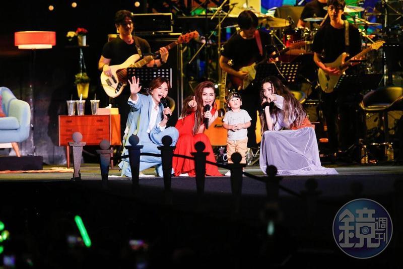S.H.E演唱〈美麗新世界〉時,Ella帶著兒子勁寶露面,勁寶無懼舞台,讓Ella直呼兒子是神童。