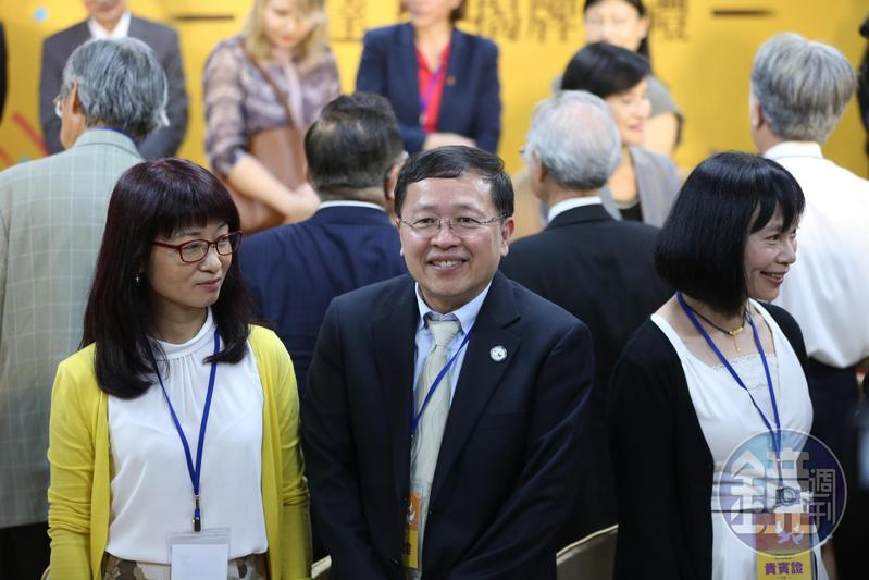 副主委張天欽(前排中)被爆在內部召開「打侯會議」,促轉會副研究員吳佩蓉今在內部群組及臉書爆料她就是洩漏消息的人。