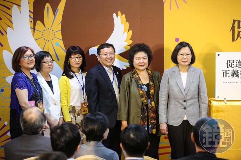 促轉會副主委張天欽(右三)在內部會議「打侯」,引發外界爭議,他也隨即宣布請辭。