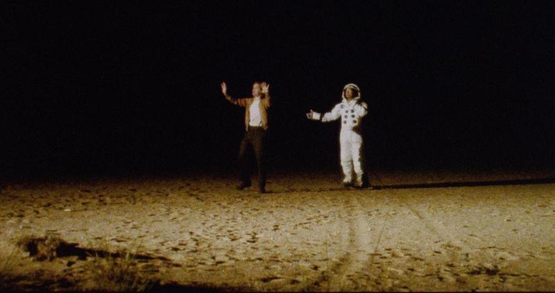 片中探員與太空人一起在偽造的月球表面上跳舞。(車庫娛樂提供)