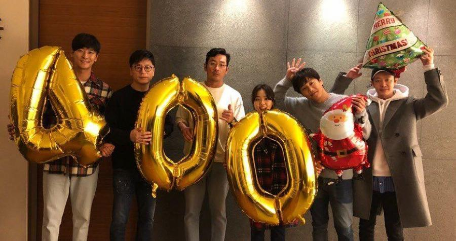 電影《與神同行》大賣,讓金東旭感激導演金容華(左2)、河正宇(左3)與車太鉉(右2),稱他們是他人生貴人。(翻攝Naver網站)