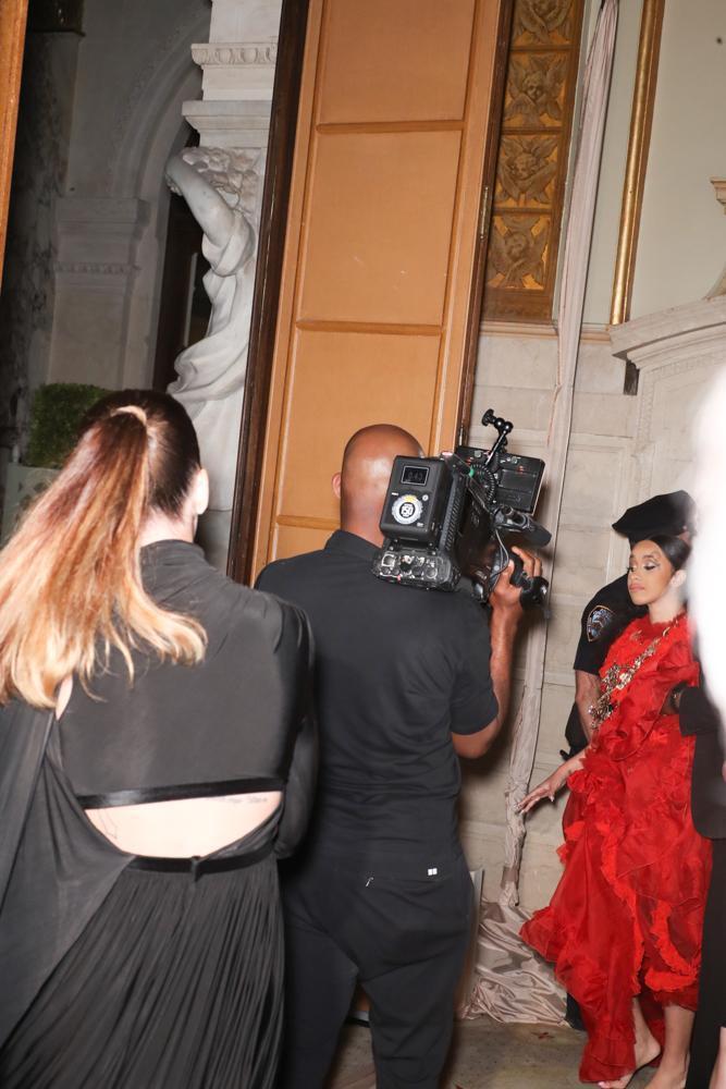 Cardi B動手攻擊Nicki Minaj被保全請離開。(東方IC)