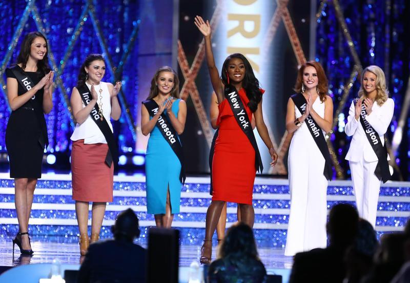代表紐約的Nia Franklin(紅衣者)奪下這屆美國小姐后冠。(東方IC)
