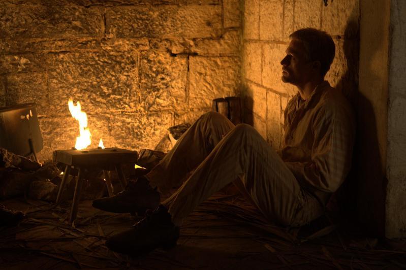 查理漢納在拍攝重點逃獄戲時,自願住進禁閉房,親身體驗角色當時受到的壓迫待遇。(甲上提供)