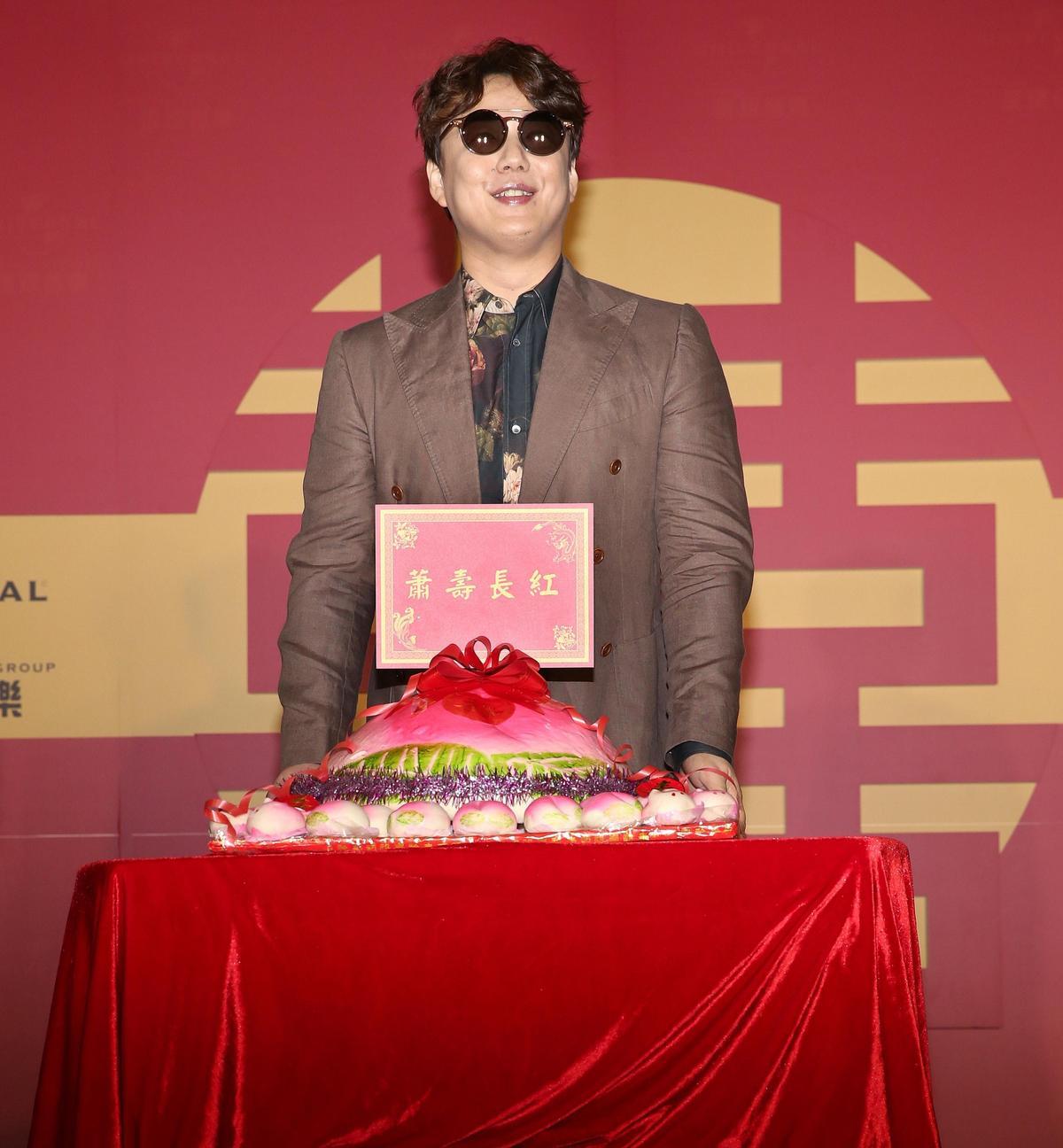 蕭煌奇透露下張會推出國語專輯、明年將在登台北小巨蛋舉辦演唱會。(環球提供)