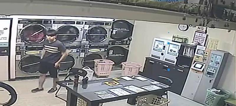 竊賊光明正大偷走烘衣店的粉紅色內衣,其畫面則被被害人放上網路公審。(翻攝畫面)