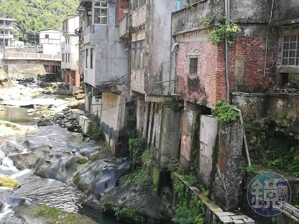 腹地狹小的石碇,東街靠溪側的房屋下方以柱子撐起,形成特殊的「吊腳樓」。