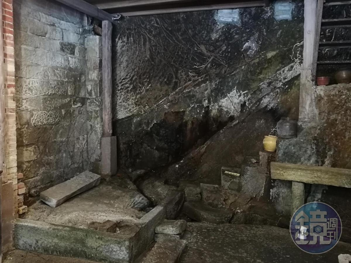 東街的「百年石頭屋」,只砌三面牆,後方牆面即是原始山壁,階梯也是鑿出來的。