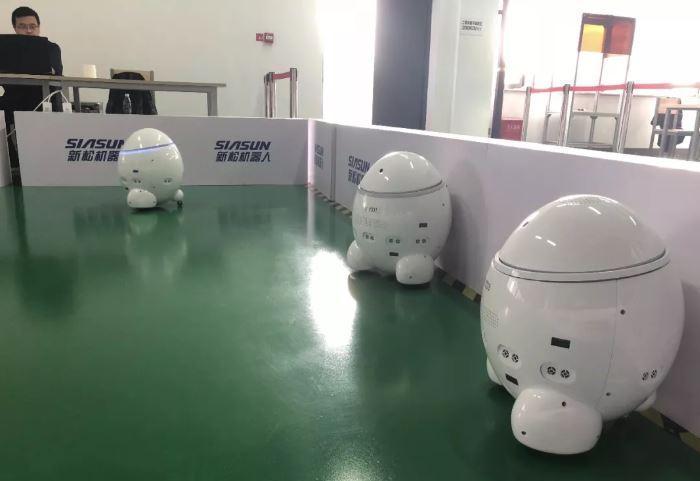 研究院人員在測試恐龍蛋機器人。(圖片來源:DeepTech)