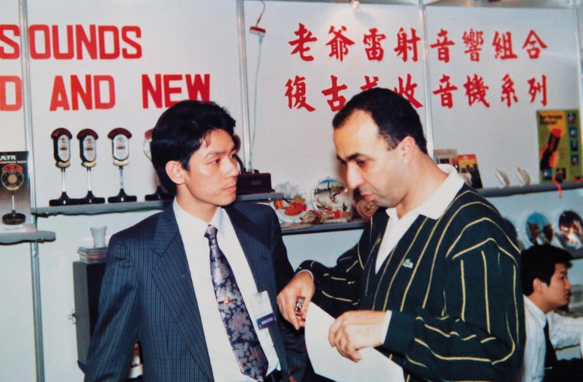 早期松騰也做音響、收音機等小家電,燕成祥(左)會到國外參展找買家。(燕成祥提供)