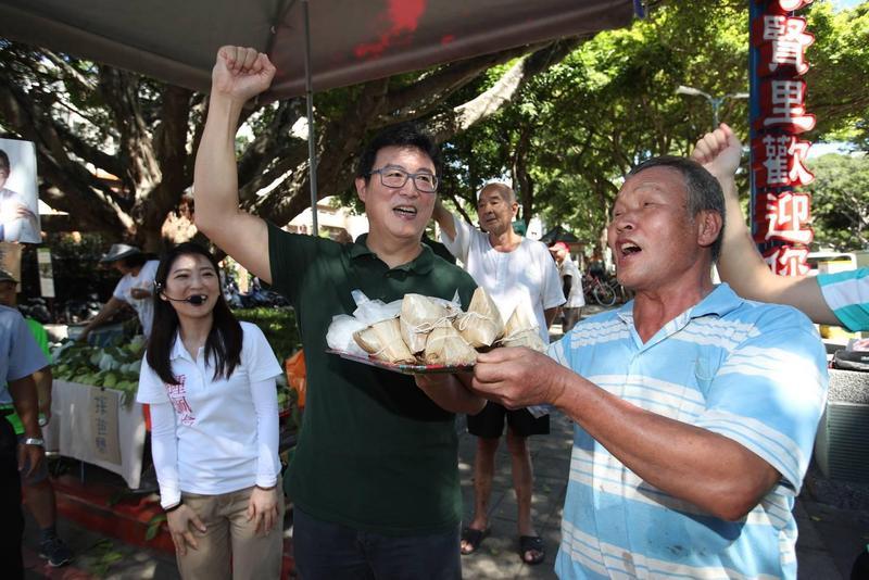 有支持者送給姚文智象徵「包中」的粽子祝賀他高票當選。(姚文智辦公室提供)