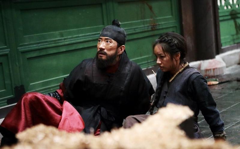 影帝金明民(左)與惠利在《物怪》中首度飾演父女。(車庫娛樂提供)