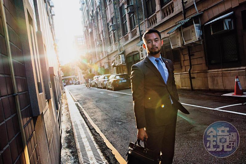 為了解內心憤怒的來源,黃致豪選擇讀心理,為了年少的嚮往,選擇當律師。本次專訪,他向我們訴說了自己的身世,以及律師的信念。