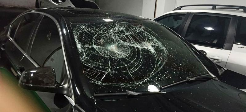 盧男等人因為百萬債務糾紛,昨晚在土城調解不成,雙方發生混戰,盧男車子玻璃遭砸。(翻攝畫面)
