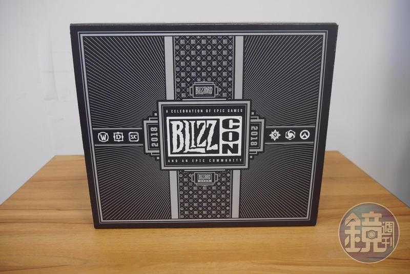 今年的 BlizzCon 驚喜袋,外表是質感滿滿的紙箱。