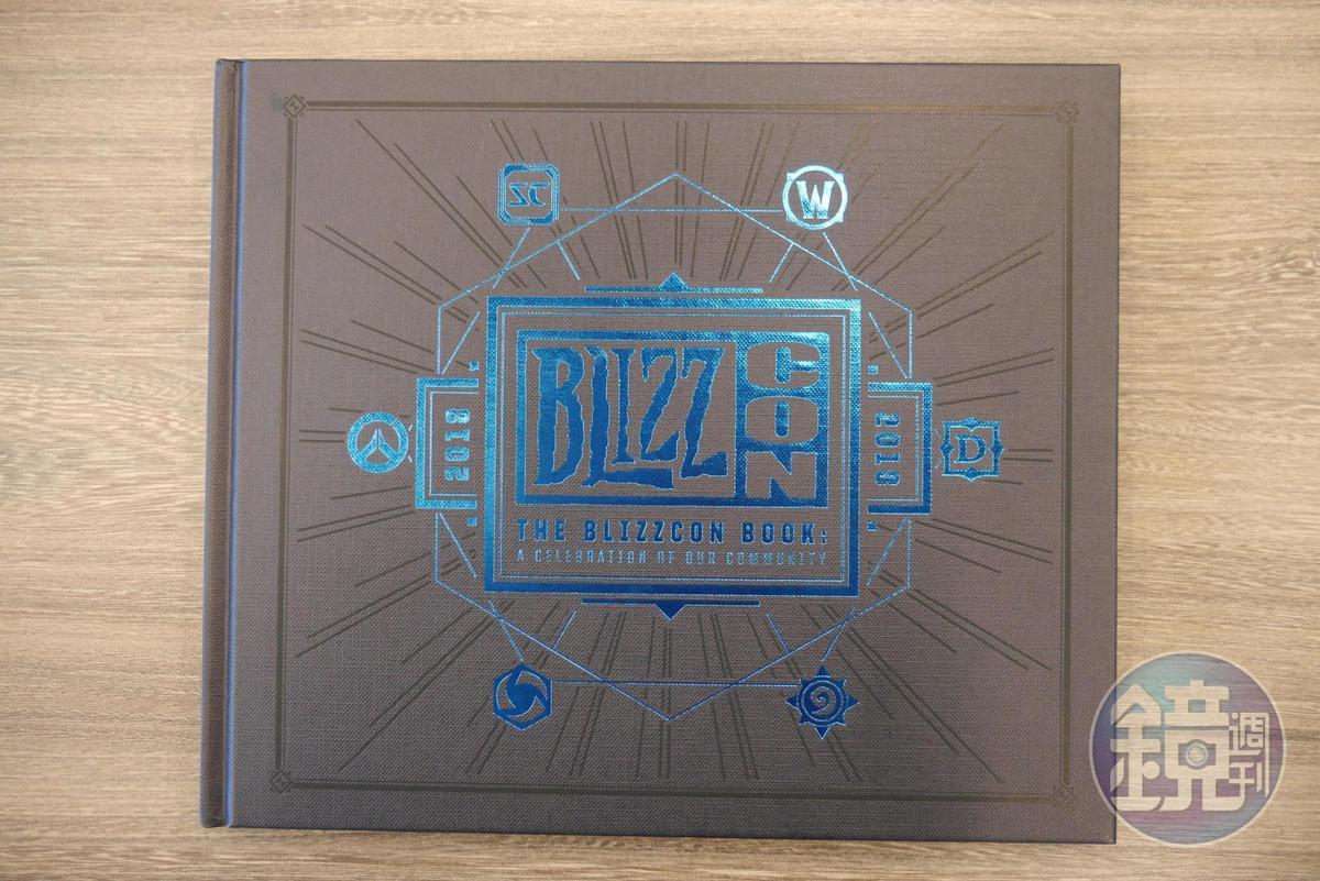 一本精裝的 BlizzCon 手冊:《獻給社群的禮讚》。