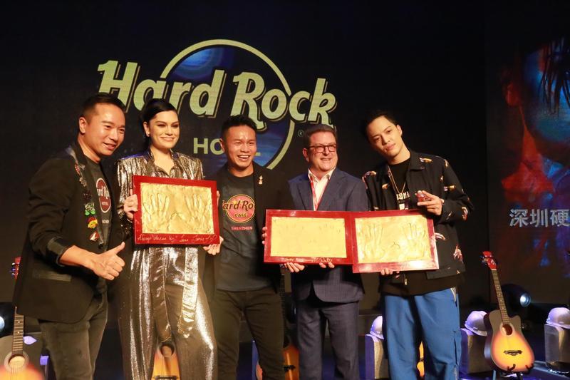 J.Sheon(右1)獲邀擔任深圳硬石酒店(Hard Rock Hotel)1週年慶典表演嘉賓,另一位嘉賓則是西洋天后Jessie J(左2),「雙J」首次同台。(索尼提供)