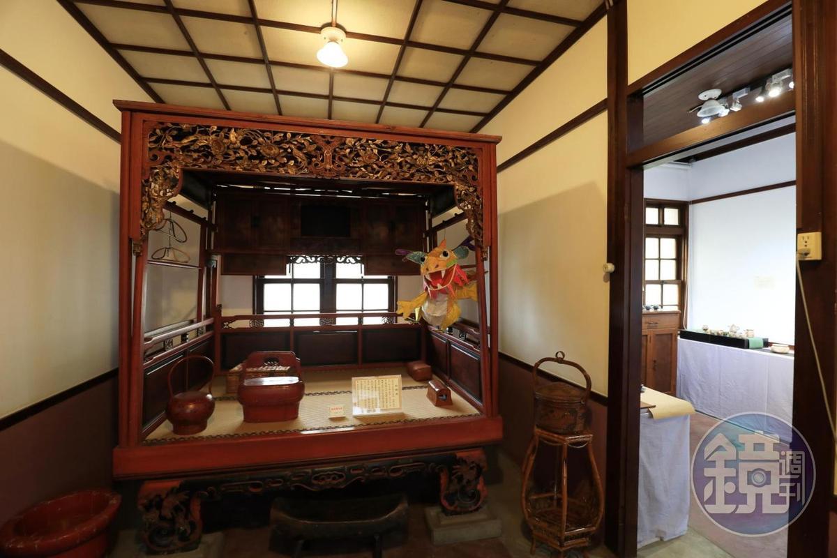 這座保留下完整的紅眠床,是廖小輝最喜歡的館藏之一。