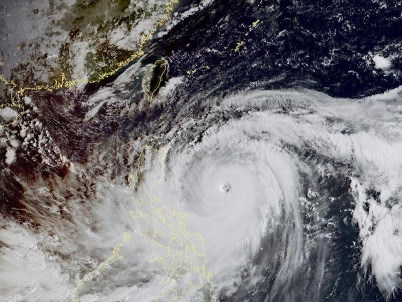 山竹颱風又大又強,衛星雲圖還可以看到東西兩側都有水氣支持。(翻攝自鄭明典臉書)