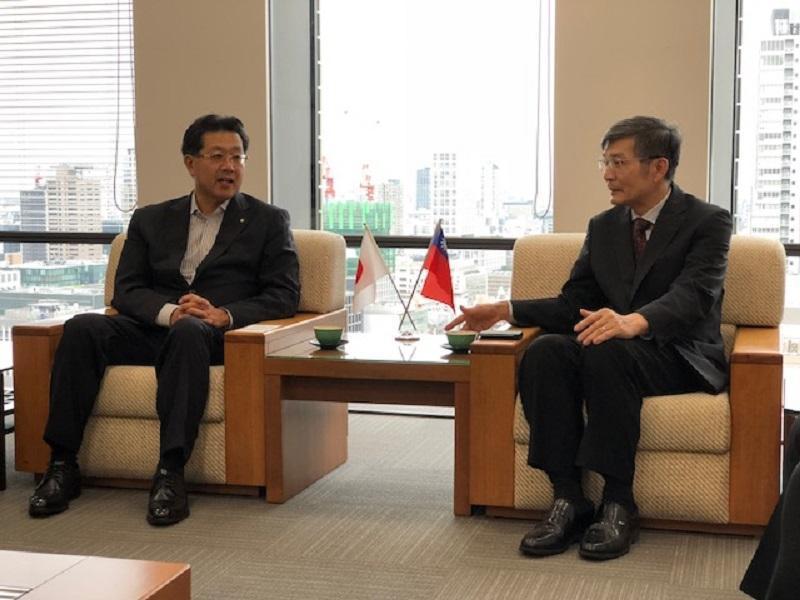 駐大阪辦事處長蘇啟誠(右)疑因壓力過大輕生,外交部表示遺憾。(翻攝自外交部網站)