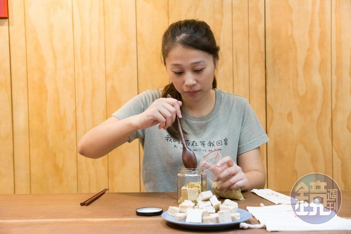 「新味醬油」DIY豆腐乳含一瓶醬油膏、環保湯筷及製作原料。(400元/次)