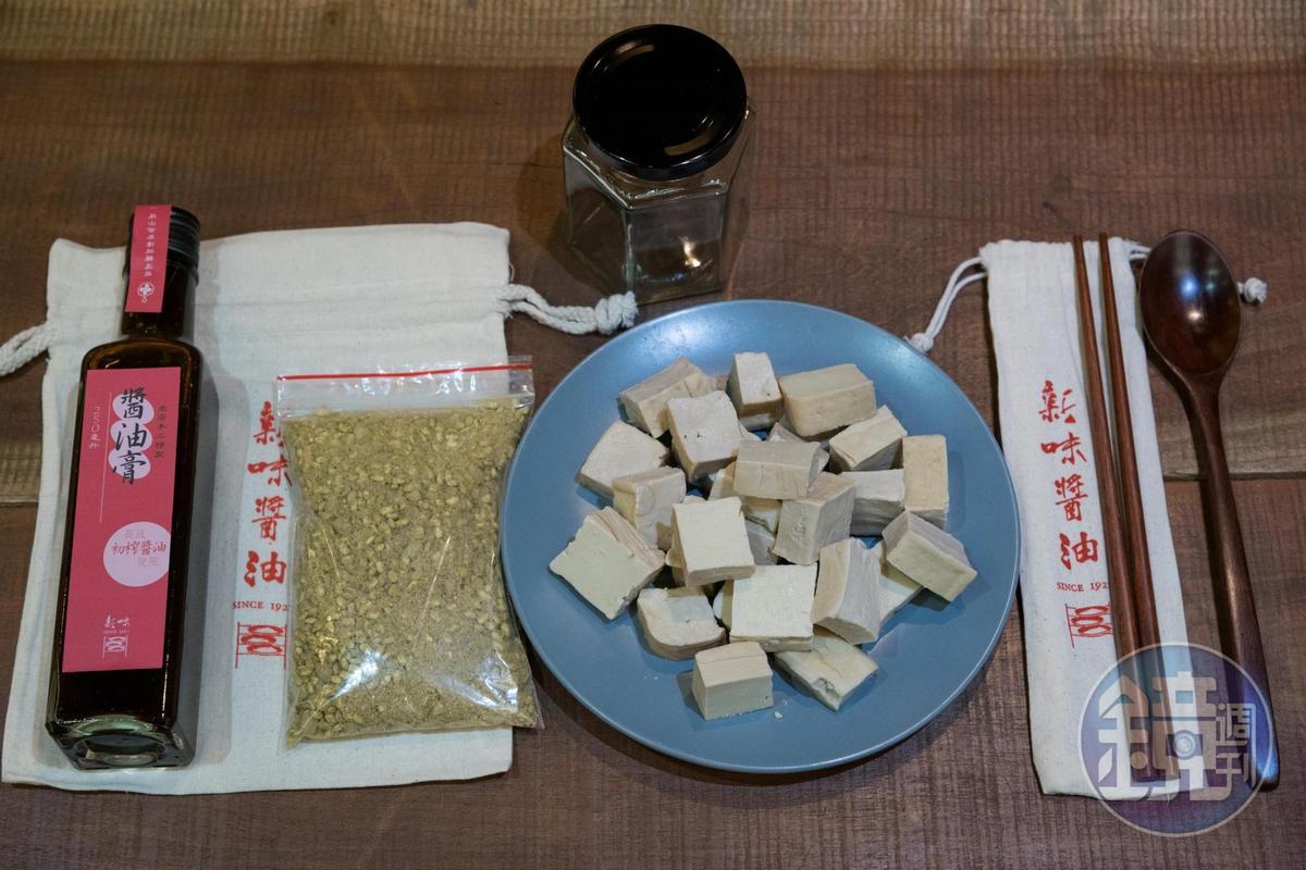 豆腐乳DIY十分簡單,天然原料層層舖疊後,最後加入米酒即完成。