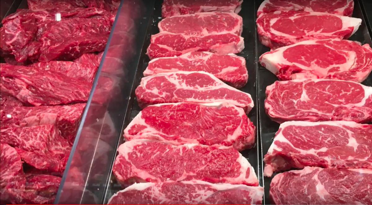 營養學獎得獎科學家James Cole說,如果想吃高熱量餐的話,人肉並不是一種超級營養的選擇。站在他左邊的,是每年典禮上都會有的人肉聚光燈。(Improbable Research 提供)