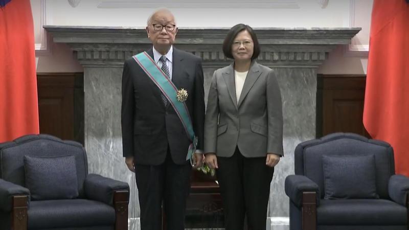 為表彰張張忠謀對台灣高科技產業以及國家的貢獻, 蔡英文總統今上午在總統府頒授「一等卿雲勳章」給張忠謀。(總統府提供)