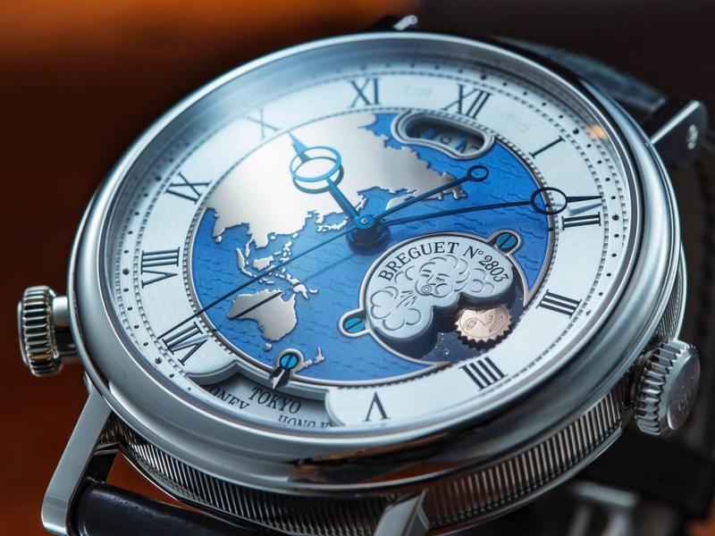 這款寶璣於2011年推出的旅行腕錶,擁有全世界最方便閱讀的二地時間結構。製錶師耗時三年研發出雙時區模組,機芯能記憶二組時區的時間、日夜顯示與日期,只要按壓8點鐘位置的時區錶冠,即瞬間轉換到另一個預設時區的時間。更重要的是,面盤簡潔而美麗,集工藝之大成。售價約NT$3,039,000(鉑金款)。