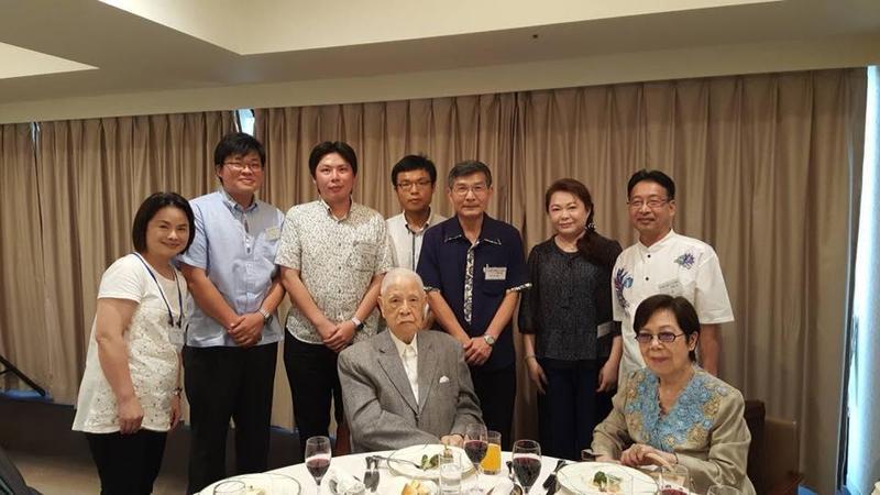 蘇啟誠(後排右3)今年6月下旬擔任住那霸辦事處處長任內,曾與訪問沖繩的前總統李登輝伉儷合照。(翻攝蘇啟誠臉書)