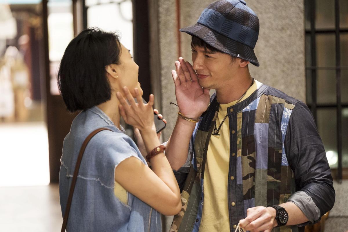 溫昇豪在《雙城故事》飾演傳統顧家又負責任的台灣男人,吃苦耐勞任命,與曾珮瑜有相當多東西文化差異的對手戲。(青睞影視提供)