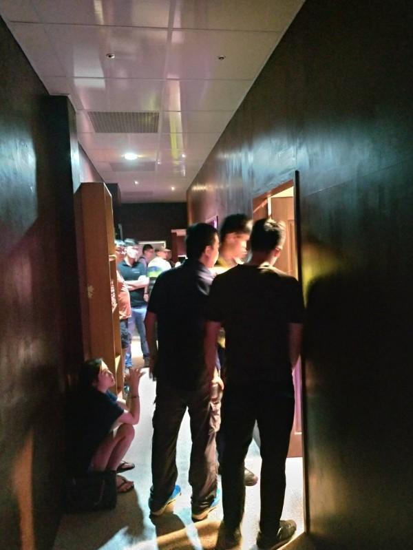新竹縣警方在湖口榮光路私娼寮房間內查扣潤滑液、保險套及性交易所得、帳冊等證物。(警方提供)