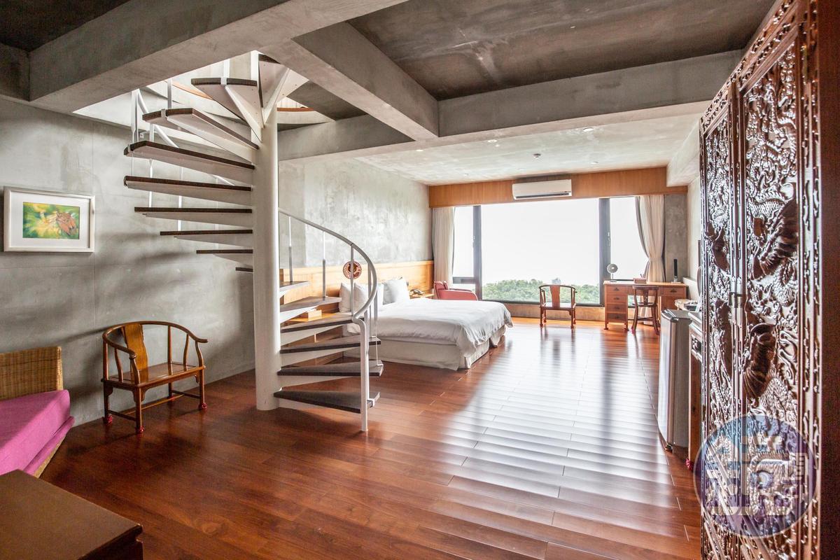 房間的空間寬廣,含有自然木香及古董傢俱。